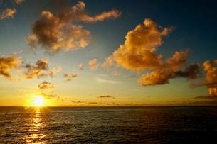 島の夕焼けの写真素材 [FYI03436033]
