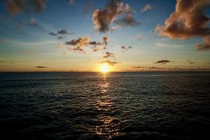 島の夕焼けの写真素材 [FYI03436034]