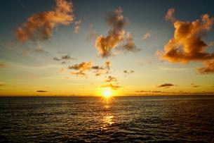 島の夕焼けの写真素材 [FYI03436035]