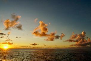島の夕焼けの写真素材 [FYI03436036]