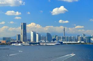 スカイウォークから見る横浜港みなとみらい21地区の写真素材 [FYI03436064]