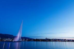 スイス、ジュネーブの夜景の写真素材 [FYI03436247]
