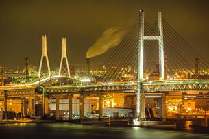 横浜ベイブリッジとつばさ橋の写真素材 [FYI03436257]