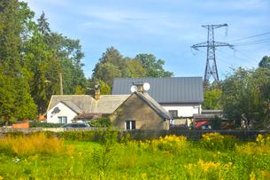 ラトビア・首都リガ~ユールマラ間の車窓から見た電力線と家のある景観の写真素材 [FYI03436285]