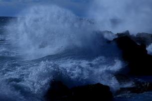 大波弾ける南紀の冬の海岸の写真素材 [FYI03436402]
