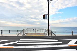 海への横断歩道の写真素材 [FYI03436496]