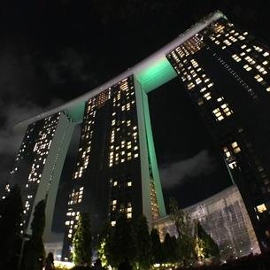 マリーナベイサンズ 夜 ライトアップ シンガポールの写真素材 [FYI03436564]