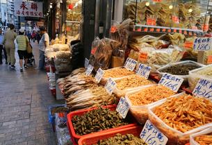 香港島のデヴォーロードで売られる乾物。乾物街は海味街ともよばれ、フカヒレ、干し貝柱などが売られるの写真素材 [FYI03436663]