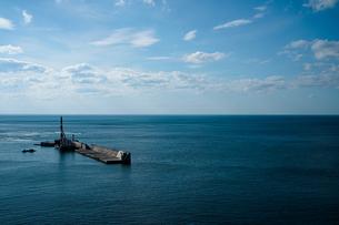 海の堤防の写真素材 [FYI03436685]