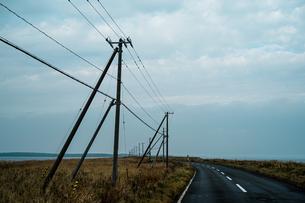 北海道野付半島の道と電柱の写真素材 [FYI03436687]