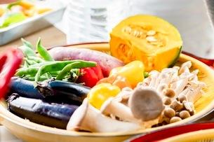 料理に使う新鮮な野菜の写真素材 [FYI03436874]