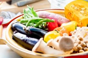 料理に使う新鮮な野菜の写真素材 [FYI03436875]