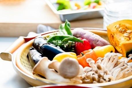 料理に使う新鮮な野菜の写真素材 [FYI03436877]