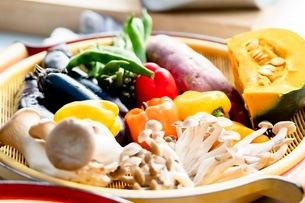 料理に使う新鮮な野菜の写真素材 [FYI03436878]