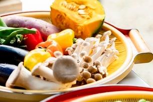 料理に使う新鮮な野菜の写真素材 [FYI03436879]