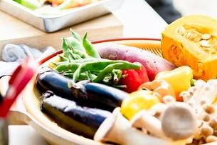 料理に使う新鮮な野菜の写真素材 [FYI03436880]