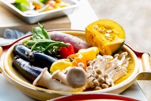 料理に使う新鮮な野菜の写真素材 [FYI03436882]