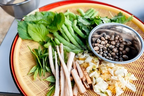 料理に使う新鮮な野菜の写真素材 [FYI03436887]