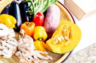料理に使う新鮮な野菜の写真素材 [FYI03436891]