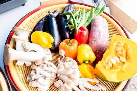 料理に使う新鮮な野菜の写真素材 [FYI03436892]