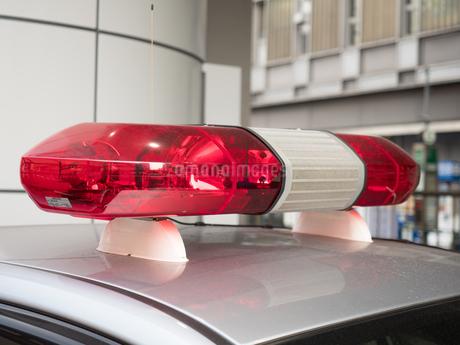 緊急自動車の回転赤色灯の写真素材 [FYI03436924]