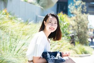 スマホを持って笑っている女性の写真素材 [FYI03436967]