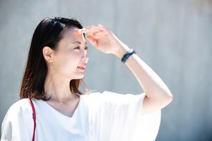 日差しを浴びている女性の写真素材 [FYI03437029]