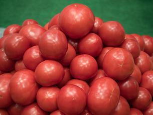 ディスプレイされたトマトの写真素材 [FYI03437030]