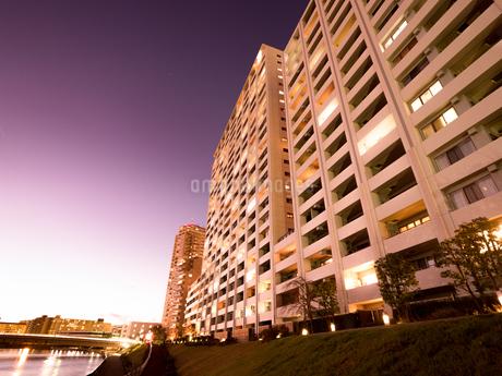 夕暮れの高層マンションの写真素材 [FYI03437095]