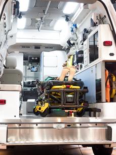 救急車の内部の写真素材 [FYI03437104]