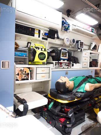 救急車の内部の写真素材 [FYI03437106]