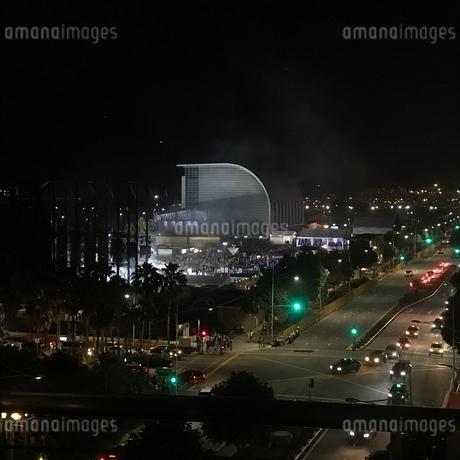 夜 道路 シンガポールの写真素材 [FYI03437128]
