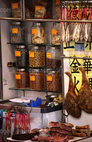 西營盤にある徳輔道西(デ・ヴォー・ロード・ウェスト)の「海味街」で売られる干し貝柱、フカヒレ、、金華ハムなどの高級食材の写真素材 [FYI03437374]