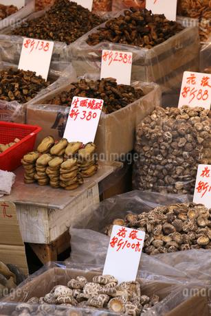 西營盤にある徳輔道西(デ・ヴォー・ロード・ウェスト)の「海味街」で売られる干し牡蠣(左上)、干しシイタケ(右下)などの高級中華食材。の写真素材 [FYI03437412]