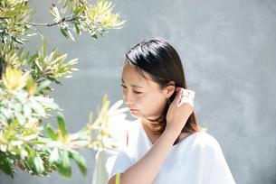 日差しを浴びている女性の写真素材 [FYI03437529]