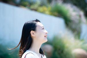 笑っている女性の横顔の写真素材 [FYI03437539]