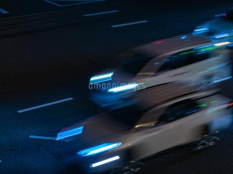 夜に自動車が通り過ぎる様子の写真素材 [FYI03437577]