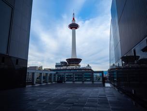 京都駅からみる京都タワーの写真素材 [FYI03437578]