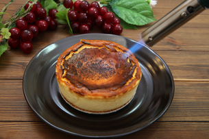 バスクチーズケーキの写真素材 [FYI03437584]