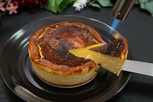 バスクチーズケーキの写真素材 [FYI03437586]