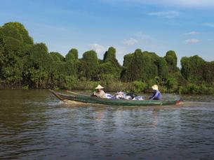 トンレサップ湖を進む舟(カンボジア シェムリアップ)の写真素材 [FYI03437620]