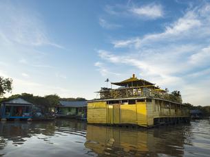 トンレサップ湖の水上施設(カンボジア シェムリアップ)の写真素材 [FYI03437637]