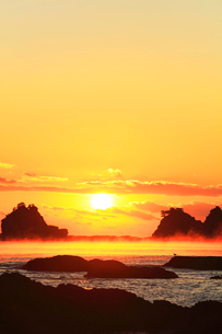 朝日と海霧の写真素材 [FYI03437639]