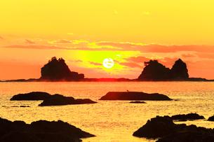 朝日と海霧の写真素材 [FYI03437640]