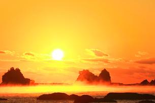 朝日と海霧の写真素材 [FYI03437642]