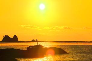 朝日と海霧に釣り人の写真素材 [FYI03437643]