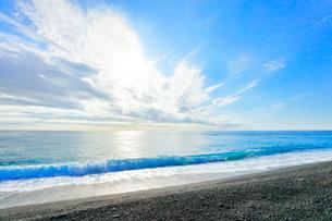 海と空に雲と太陽の写真素材 [FYI03437645]