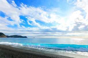 世界遺産 熊野古道七里御浜に寄せる波の写真素材 [FYI03437648]