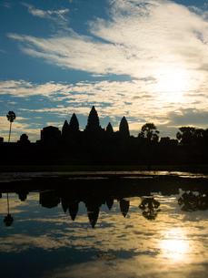 水鏡に映る朝焼けのアンコールワット(カンボジア)の写真素材 [FYI03437685]