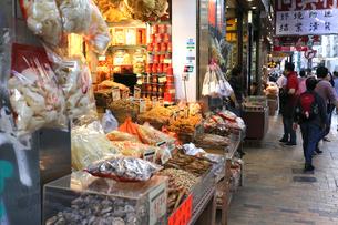 西營盤にある徳輔道西(デ・ヴォー・ロード・ウェスト)の「海味街」の乾物店。フカヒレ、ブタ皮、塩干魚、貝柱などが売られるの写真素材 [FYI03438018]